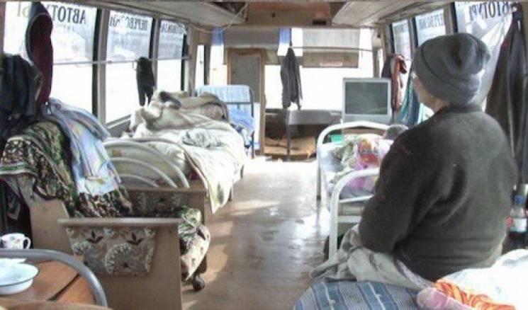 На Росії бізнесмен поселив бездомних у списані автобуси (ФОТО)
