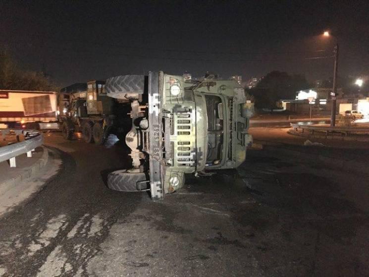 У Києві перекинулася вантажівка з військовими (ФОТО, ВІДЕО)