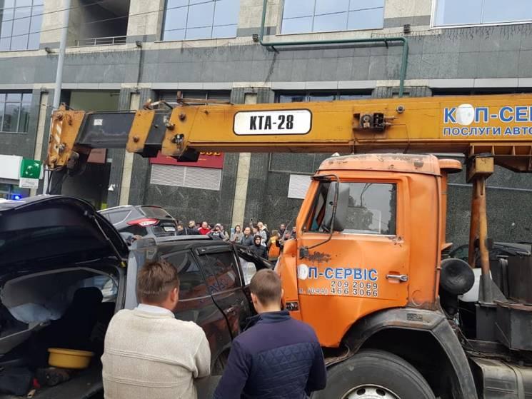 Купа металу: На столичному Печерську автокран протаранив кілька авто (ФОТО, ВІДЕО)