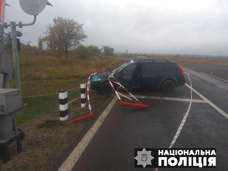 На Миколаївщині іномарка протаранила шлагбаум: Двоє людей постраждали (ФОТО)
