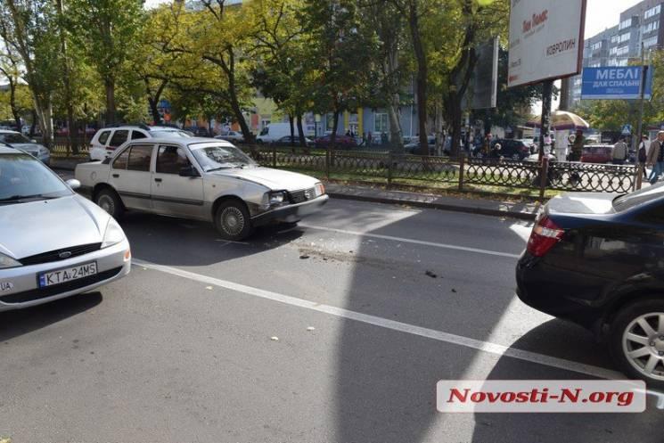 У Миколаєві величезний затор, три автівки перегородили дорогу (ФОТО)