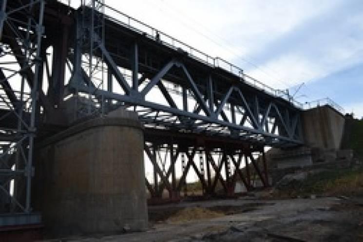 На 115-річному запорізькому мосту після ремонту відновили рух поїздів (ФОТО)