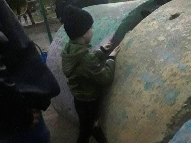 На Миколаївщині семирічний хлопчик застряг між бетонними блоками (ФОТО)