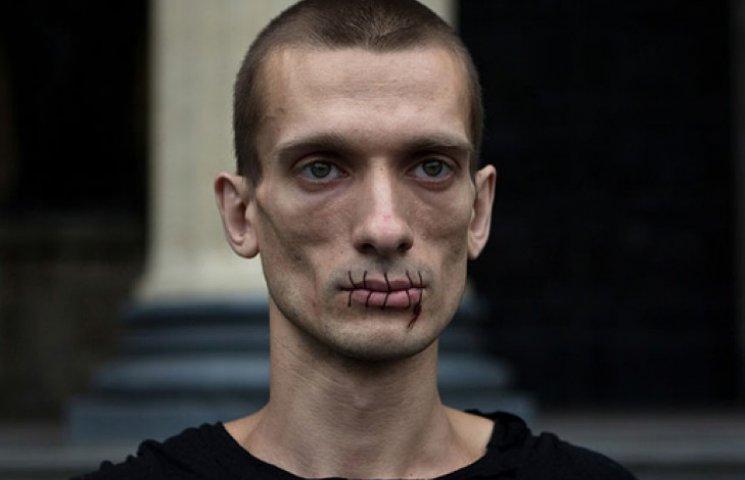 На Красной площади, протестуя против Путина, повесился художник