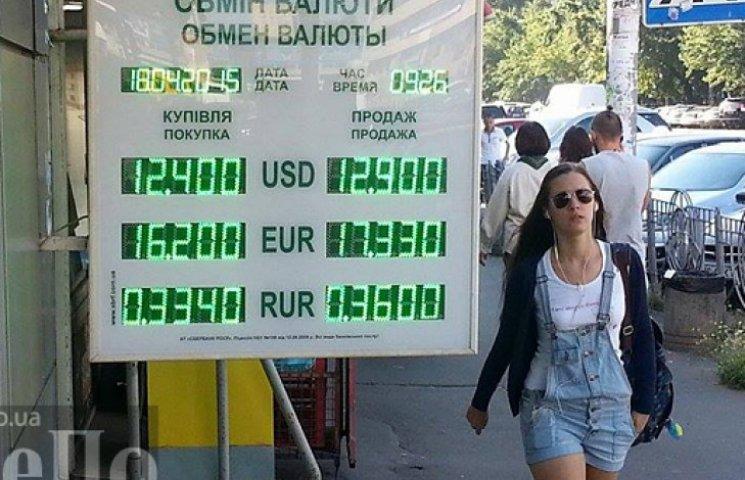 Долар вперто не хоче дешевшати