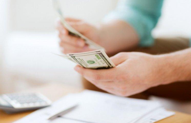 Украинцам снова разрешили брать кредиты в долларах