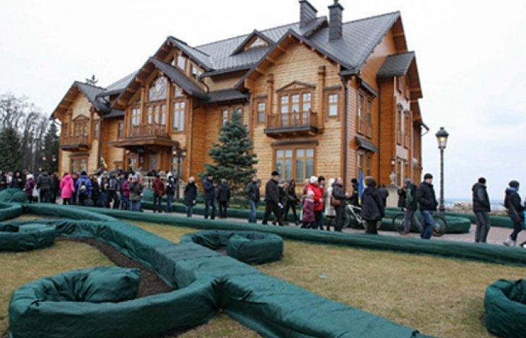 «Межигорье» заработало 5,6 млн грн на трусах и унитазе Януковича