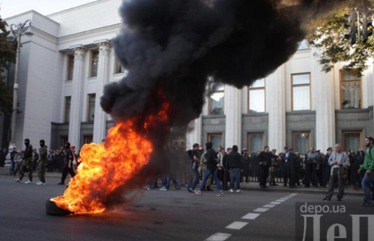 Под Радой горят шины и перекрыты дороги: активисты требуют люстрацию