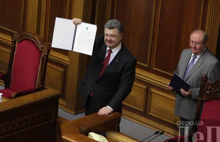 Порошенко запевняє, що закон про особливий статус Донбасу принесе до регіону мир