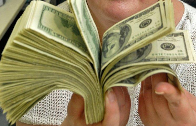 Українцям заборонили купувати доларів більш ніж на 3 тис. гривень на добу