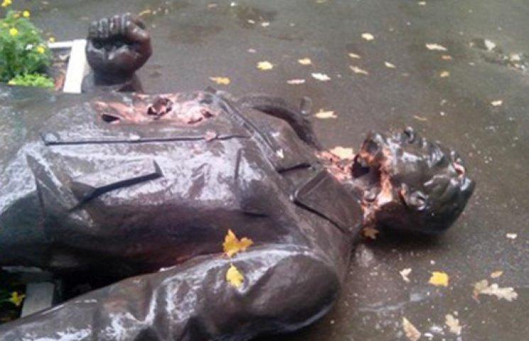 В Харькове памятнику отпилили голову под носом у милиции