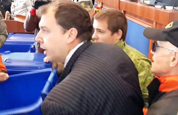 Акция «выброси чиновника»: в Черкассах в помойку выкинули сразу двух
