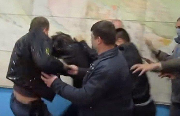 На Житомирщине бойцы «Айдара» пинками и яйцами прогнали экс-«регионала» Журавского