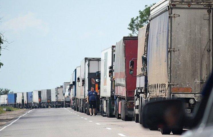 На въезде в Крым стоит 8-километровая очередь из машин