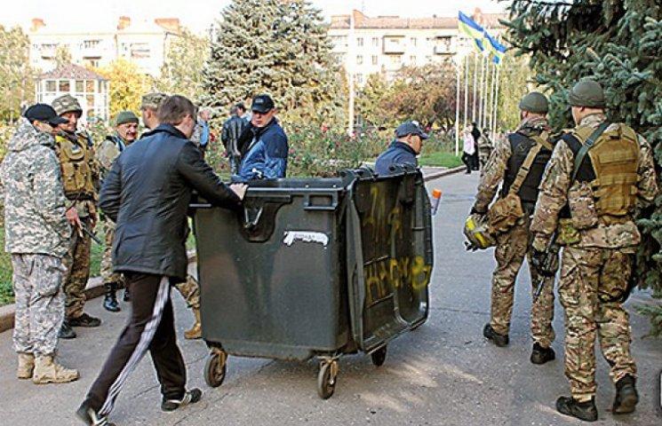 Под здание горсовета Славянска прикатили мусорные баки