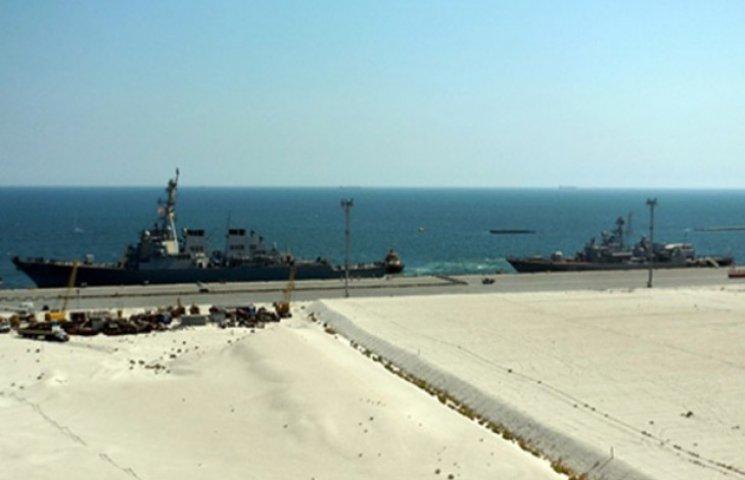 """В порту Одеси """"Сагайдачний"""" і есмінець ВМС США USS Donald Cook віддали швартовий"""