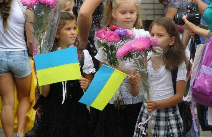 """1 вересня у Дніпропетровську: вишиванки, """"піонерські"""" хустинки и """"учат в школе"""""""