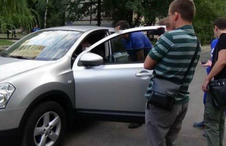 """У Харкові пов'язали податківців, що прикривали 50 структур """"Оплоту"""" (ФОТО)"""