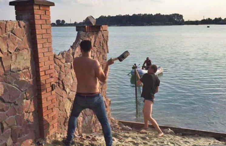 Львівські багатії, не чекаючи продовження погрому, самі демонтують паркани навколо озера