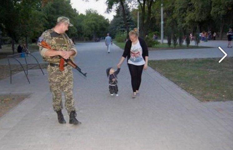 """Озброєні бійці """"Дніпро-1"""" патрулюють вулиці Маріуполя"""