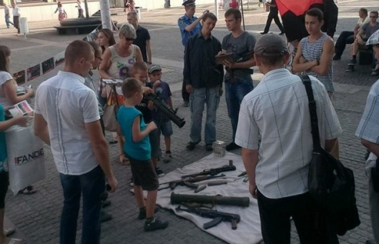 """У центрі Дніпропетровська """"правосеки"""" влаштували показ зброї"""