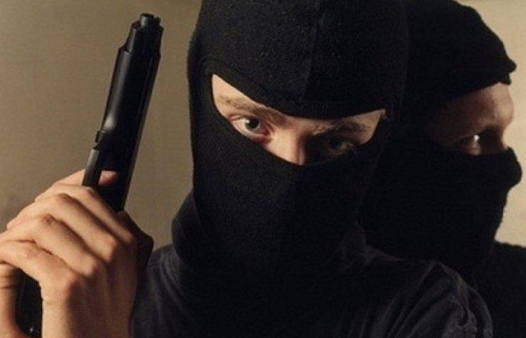 У Полтаві 5 чоловіків грабували молодь у нічних клубах