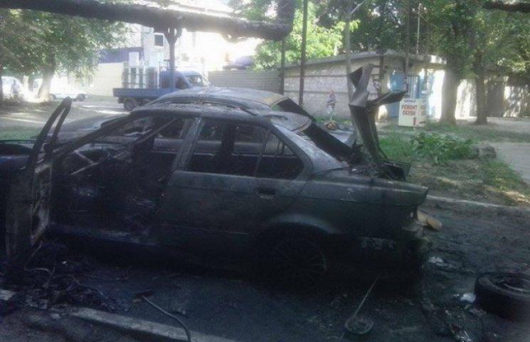 У центрі Дніпропетровська після вибуху вщент згоріли дві автівки