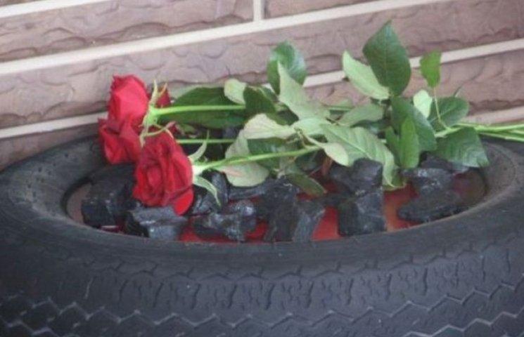 У Запорізьку обладміністрацію принесли палаючу шину