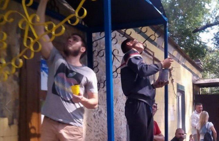 Поранені бійці дніпропетровського госпіталя розфарбували вхід до волонтерів