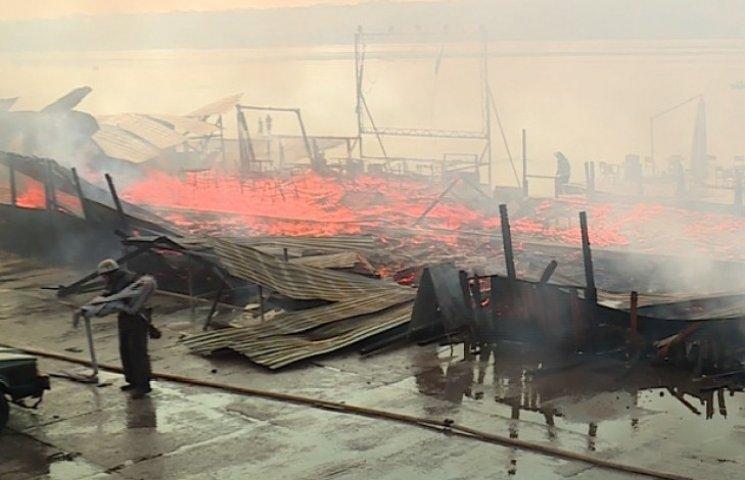 Пожежники намагаються загасити полум'я в літньому кафе, проте від розважального закладу майже нічого не лишилося