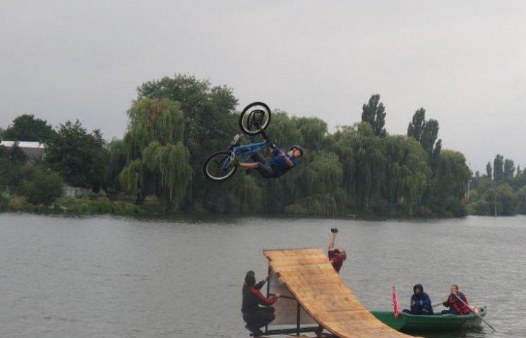 У Вишенське озеро стрибали на велосипедах