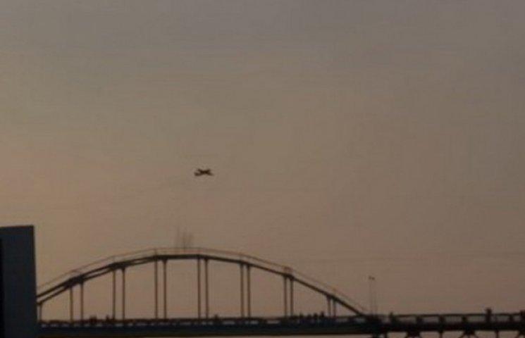 """У Дніпропетровську літак зробив """"мертві петлі"""" навколо пішохідного мосту"""