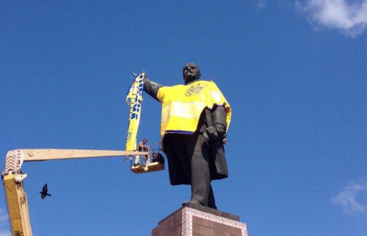 У Запоріжжі Леніна зробили фанатом збірної України