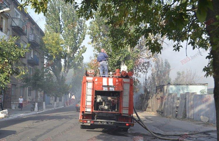 У центрі Бердянська палає пожежа