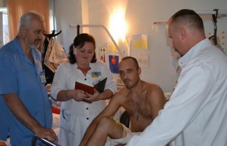 У Дніпропетровську поранений хірург допомагає ставити на ноги неходячих бійців