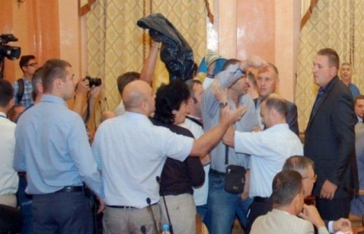 Під час бійки у Міськраді в Одесі колишньому адвокату Маркова наділи на голову сміттєвий пакет