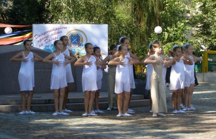 У Дніпропетровську заради масовки дітей вигнали під вітер роздягнутими