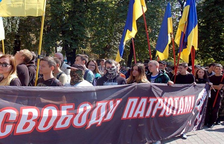 Як в Одесі активісти з димовими шашками та барабанами вимагали свободи політв