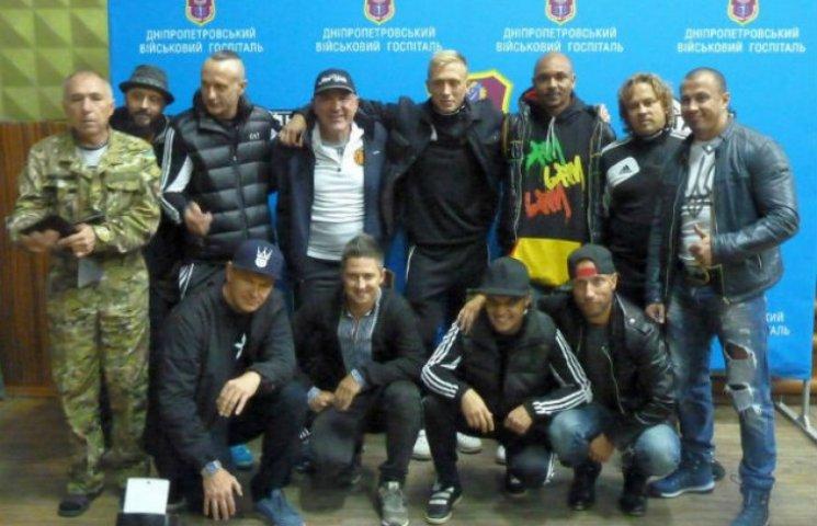 Полтавські артисти з колегами та футболістами відвідали бійців у госпіталі