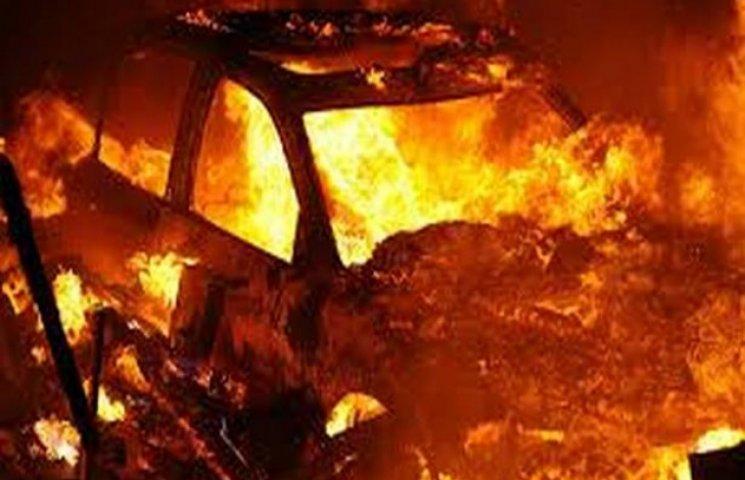 В Одесі загорілася машина з водієм у салоні