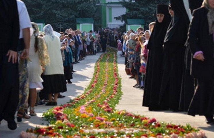 На Вінниччині предстоятелю УПЦ МП Онуфрію живими квітами встелили дорогу