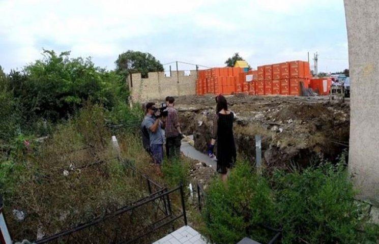 На Таїровському кладовищі почали будівництво на могилах