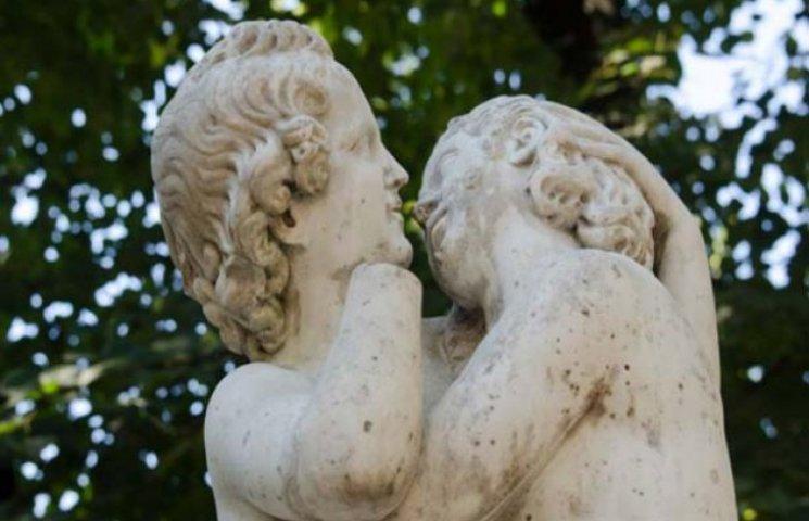 """В центрі Одеси реставрують """"Поцілунок"""""""