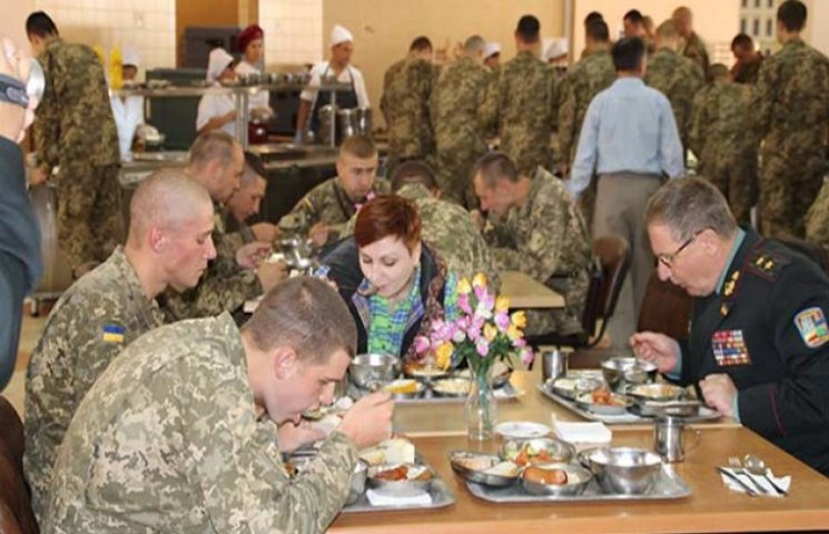 В одеській та львівській військових частинах солдат годують смаколиками