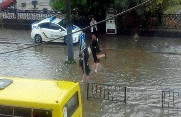 Поліція на руках виносить людей з затоплених маршруток у Львові