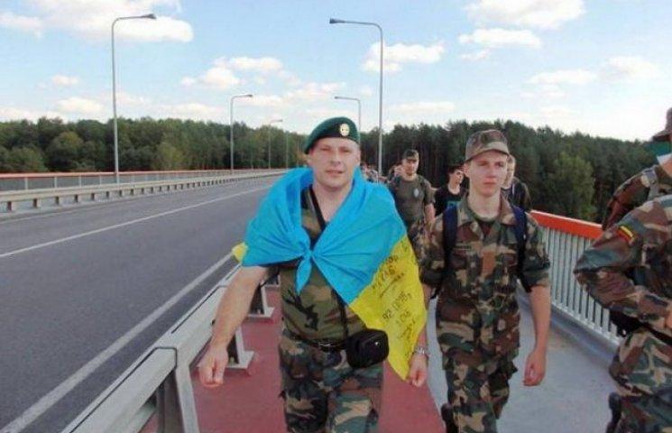Військовий у Литві пройшов 26 км з прапором України на плечах