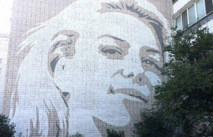Кременчуцький художник бореться з сірими стінами 11-метровими портретами