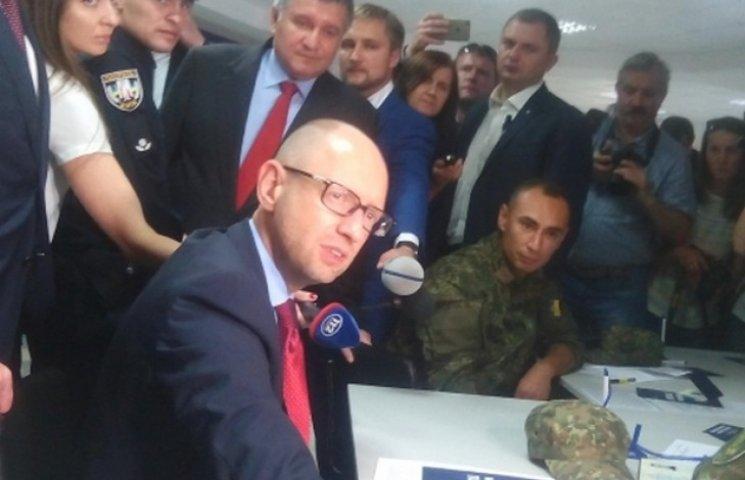 Яценюк з компанією приїхав до Полтави приймати до нової поліції