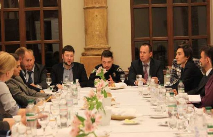 Як головні поліцейський і міліціонер Львова вечеряли у ресторані п