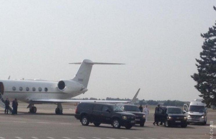 Сенатор Маккейн прилетів до Одеси на літаку, що належить американському уряду